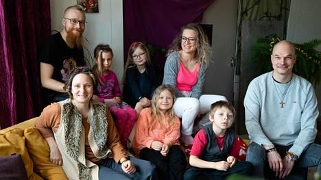 Vapaalan lapsiperheyhteisössä viihtyvät lapset ja aikuiset. Kuvassa asukkaat Mikko Hansen, Cecilia Alm, Taolin Alm, Aura Manner, Aurelia Sippoin, Henrica Fagerlund, Veli Alm ja Raimo Niemelä.