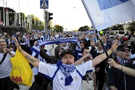 Suomen kannattajat marssivat yhdessä keskustasta Stadionille perjantai-iltana.