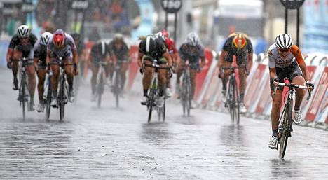 Anna van der Breggen irtosi Pariisin La Course -pyöräkilpailun voittoon.