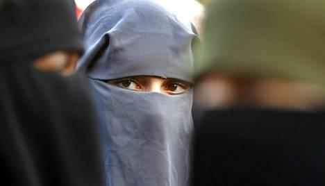 """Hollannissa torstaina voimaan tullut """"burkakieltolaki"""" kieltää kasvot peittävien vaatekappaleiden käyttämisen julkisissa tiloissa. Kuvan naiset osallistuivat kieltoa vastustavaan mielenosoitukseen vuonna 2006 Haagissa."""