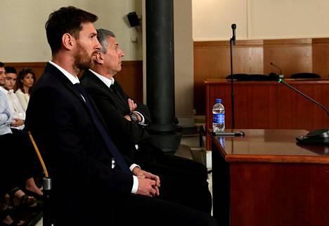 Lionel Messi (vas.) oli oikeudessa isänsä Jorge Horacio Messin kanssa.