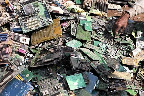Elektroniikkajätettä Seelampurin alueella Delhissä.