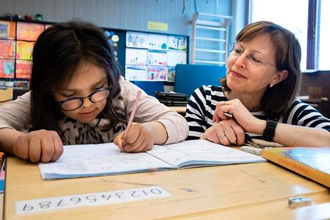 Anu Nylén-Hakkala opettaa Samira Luostarista Itäkeskuksen peruskoulussa. Nylén-Hakkalan mielestä oppilaiden itsenäinen työskentely ja digitaidot ovat kehittyneet poikkeusaikana.