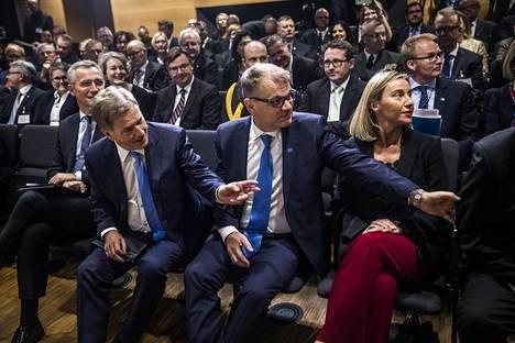 Naton pääsihteeri Jens Stoltenberg (vas.), presidentti Sauli Niinistö, pääministeri Juha Sipilä ja EU:n ulkosuhdevastaava Federica Mogherini osallistuivat EU:n hybridiuhkia tutkivan keskuksen avajaisiin maanantaina.