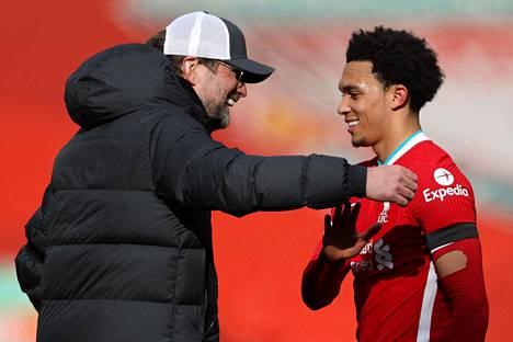 Liverpool-päävalmentaja Jürgen Klopp onnitteli Aston Villaa vastaan voittomaalin tehnyttä Trent Alexander-Arnoldia.