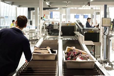 Matkustaja ohjeistetaan laittamaan tavaransa turvatarkastuksessa muovilaatikkoon. Tästä löytyi THL:n pintanäytetutkimuksessa eniten viruksia.