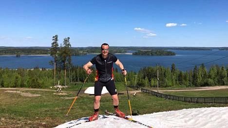 Teemu Virtanen hiihti tiistaina Messilän laskettelurinteen lumiläntillä.