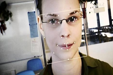 IT-harjoittelija Matilda Sinervo otti asiakkaan roolin Haaga-Helian myyntilaboratoriossa. Ohjelma tarkkailee yli kolmeakymmentä kohtaa hänen kasvoistaan.