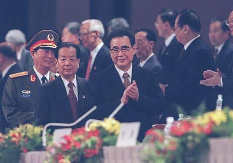 Kiinan entinen pääministeri Li Peng (oik.) Hongkongin luovutusseremoniassa vuonna 1997.