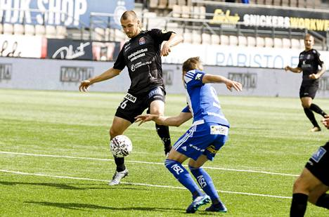 PS Kemin Marek Kaljumäe (vas.) ja HJK:n Riku Riski kamppailivat pallosta maalittomana päättyneessä Veikkausliiga-ottelussa.