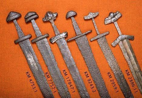 Viikinkimiekkoja arkeologian esinekokoelmasta. Miekat on valmistettu vuosien 800–1050 välisenä aikana.