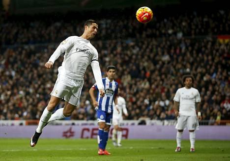 Real Madridin Cristiano Ronaldo ei saa uusia joukkuekavereita edustamaan seuraan lähes puoleentoista vuoteen Fifan sanktioiden takia.