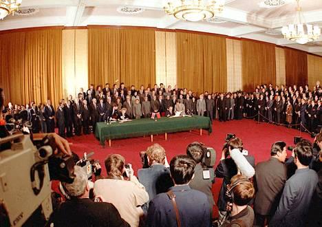 Britannian pääministeri Margaret Thatcher ja Kiinan pääministeri Zhao Ziyang sopimuksen allekirjoitustilaisuudessa Pekingissä 19. joulukuuta 1984.