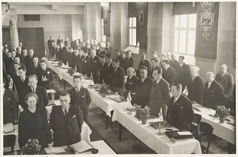 Sosiaaliministeri Karl-August Fagerholm (sd) osallistui SAK:n kokoukseen jatkosodan aikana lokakuussa 1943. Fagerholm keskimmäisessä pöydässä toinen oikealta.