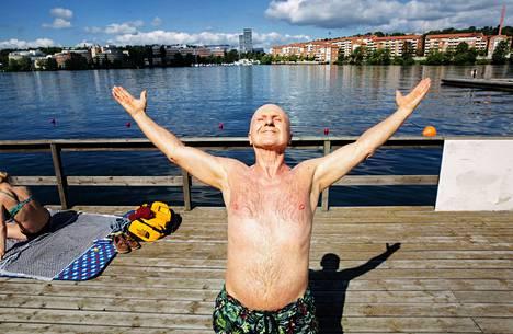 Tukholmalainen Werner Kofler on käynyt Fredhällsbadetin uimalassa yli 20 vuotta. Aamurutiineihin laiturilla kuuluu jooga.