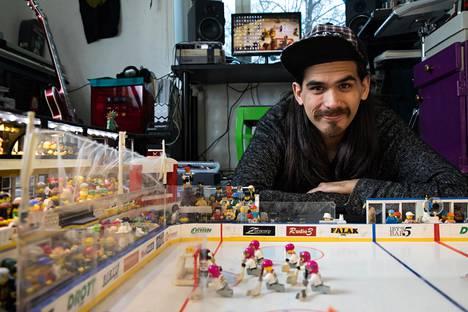 Opiskelija ja muusikko Alonzo Heino rakentaa Legoista hauskoja pienoismalleja – esimerkiksi musiikkiklubeja. Mukaan asetelmaan hän saattaa sijoittaa ystävänsä Lego-ukkoina.