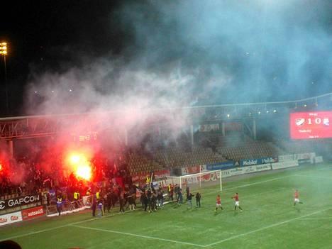 HIFK:n fanit räjäyttelivät savupommeja ja ryntäsivät kentälle nousukarsintapelissä PS Kemiä vastaan.