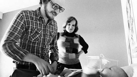 Hilkka Järventaus katseli vuoden 1975 lokakuussa, kun Jukka-Pekka Järventaus vaihtoi vaipan Hanna-Marille ilman arastelua. Vuonna 1978 miehet saivat oikeuden isyyslomaan.