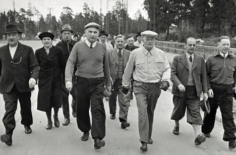 Eduskunnan puhemies  marssimassa seurueineen.