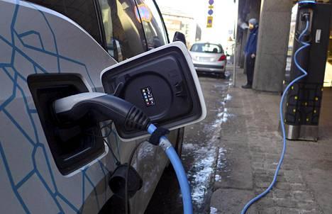 Sähköauto latauksessa Fredrikinkadulla Helsingissä.