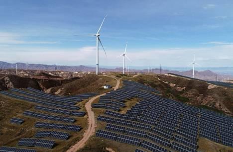 Tuulivoimaa ja aurinkopaneeleita Zhangjiakoussa Hebein maakunnassa Kiinassa. Kuva on lokakuulta 2018.