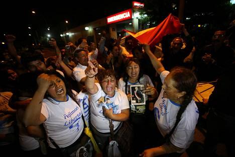 Alberto Fujimorin kannattajat juhlivat Perun entisen presidentin armahdusta Limassa. Toisaalla kaupungissa armahduspäätöstä vastustaneet mielenosoittajat ottivat yhteen poliisin kanssa.