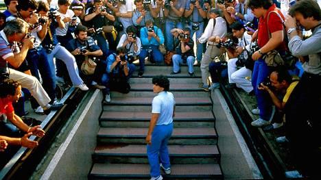 Diego Maradona saapuu lehdistötilaisuuteen Napolin stadionille kesällä 1984. Paikalla oli 75 000 ihmistä.