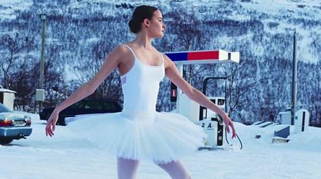 Katja Haarla tanssii Utsjoen kirkonkylällä Marja Helanderin ohjaamassa lyhytelokuvassa Eatnanvuloš Lottit – Maan sisällä linnut. Taustalla Ailigas-tunturi.