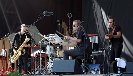 Mopo-trio esitti Pori Jazzin tilaaman ensimmäiseen kuulentoon liittyvän soitinteoksen ja näytti itsestään uuden, hämärämmän puolen.