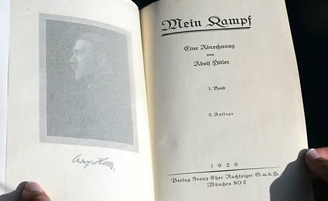 Toinen Adolf Hitlerin ominkäsin signeeraamista Mein Kampf, Taisteluni -kirjoista Los Angelesissa torstaina.