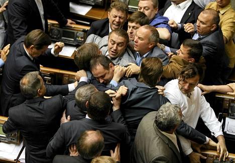 Ukrinan parlamentin edustajat tappelivat kesken istunnon Kiovassa tiistaina.