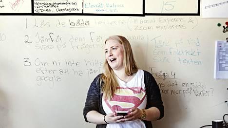 Matilda Andersson opetti Södertäljen yhdeksäsluokkalaisille historiantunnilla lähdekritiikkiä.