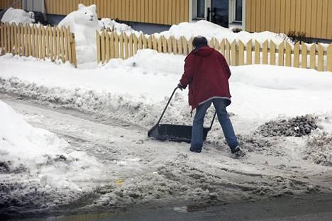 Jos aikoo hurauttaa autolla töihin, pitää omakotitalossa ensin luoda lumet.