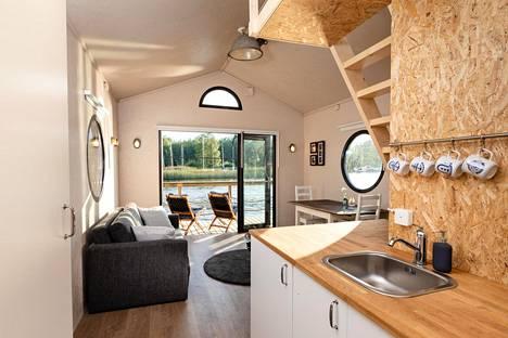 Jokimajan alakerrassa on yhdistetty oleilu- ja keittotila sekä terassi.