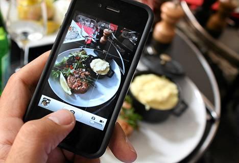 Ranskalaismies otti kuvaa pariisilaisesta ruoka-annoksesta toissa kesänä ja jakoi kuvan internetissä.
