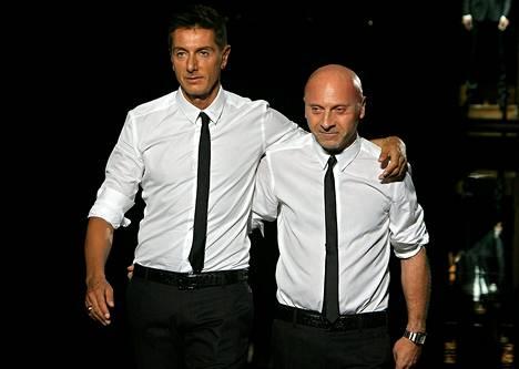 Domenico Dolce (vas.) ja Stefano Gabbana näyttäytyivät näytöksensä jälkeen Milanon muotiviikoilla 2007.