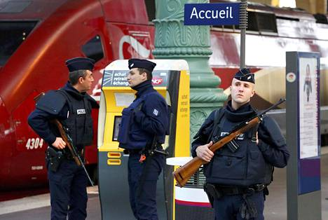 Poliisi partioi Gare du Nordin juna-asemalla Pariisissa lauantaiaamuna.