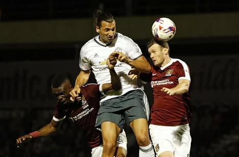 Zlatan Ibrahimović taisteli pallosta Northamptonin Zander Diamondin (oik.) ja häntä Terminaattoriksi verranneen Gabriel Zakuanin kanssa keskiviikon Liigacup-ottelussa.