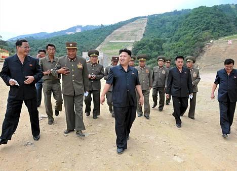 Pohjois-Korean uutistoimiston elokuussa toimittamassa kuvassa maan johtaja Kim Jong-un (keskellä) vierailee maan ensimmäisen hiihtokeskuksen rakennustyömaalla.