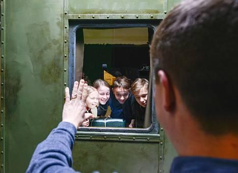 Junan ikkunasta näkyy Leningrad, ohjaaja Klaus Härö selittää virolaisille lapsinäyttelijöille Liisa Koppelille (vas.), Ann-Lisette Rebanelle, Egert Kadastulle ja Joonas Koffille.