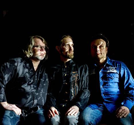 Tenorisaksofonisti Tane Kannisto, (vas.), rumpali Simo Laihonen ja basisti Ville Rauhala soittavat Black Motor -kokoonpanossa.