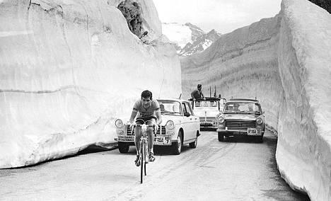 Tällaistenkin jäävuorien keskellä joutuvat Ranskan ympäriajon osanottajat polkemaan vuoristo-osuuksilla. Ei luulisi ainakaan hien kohoavan pintaan.