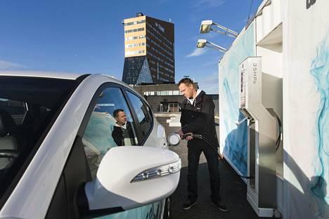Vetyauton tankkaaminen vie paljon vähemmän aikaa kuin sähköauton lataaminen. Arto Brofeldt tankkasi vetyautoa Vuosaaressa marraskuussa 2015.