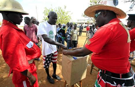 Kenialaiset koomikot auttoivat miestä jättämään äänensä Kogelossa leikkimielisessä äänestyksessä Yhdysvaltain tulevasta presidentistä.