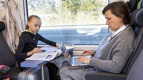 13-vuotias taitoluistelija Janna Jyrkinen kulkee Lappeenrannasta Helsinkiin harjoittelemaan. Matkalla voi tehdä kotitehtäviä.