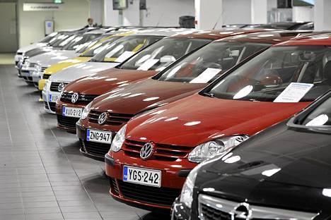 Vaihtoautot odottavat ostajia vantaalaisessa autokaupassa.