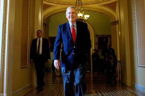 Yhdysvaltain senaatin republikaanijohtaja Mitch McConnell tyytyväisenä verouudistuksen mentyä läpi senaatissa.