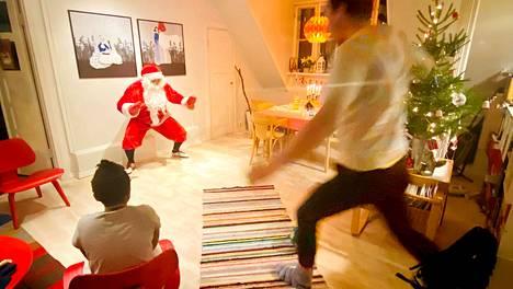 Helsinkiläinen joulupukki Tatu Malinen piti keikallaan pilkkukisaa malmilaisessa kodissa jouluaattona 2019.