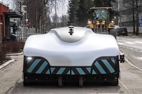 Kuopiolaisen Trombia Technologies -yrityksen kadunlakaisurobottia testattiin huhtikuun alussa Espoossa. Yrityksellä on käynnissä useita pilotteja ja Espoon jälkeen laitetta testataan muun muassa Helsingissä.