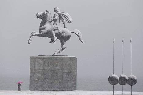 Lumi peitti Aleksanteri Suuren patsasta talvella 2019 Kreikan Thessalonikissa.